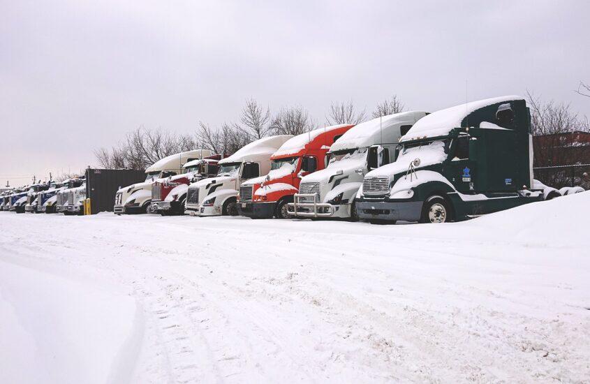 Camiones atrapados en la nieve
